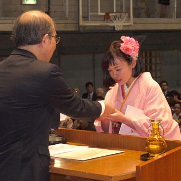 学長賞表彰を受ける翁長志帆さん