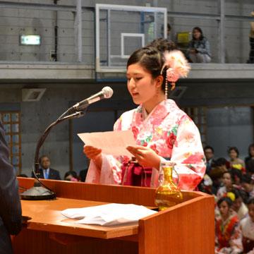 答辞を述べる卒業生代表 宮城杏寿さん