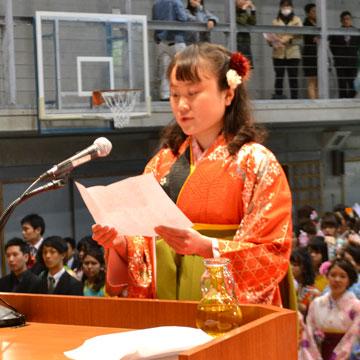 答辞を述べる卒業生代表 徳里舞花さん